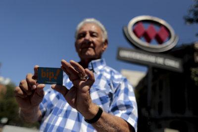 Adultos mayores amenazan con movilizaciones si Metro no retrocede en límite de 14 viajes rebajados