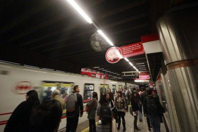 AUDIO  Pasajeros graban sorpresivo mensaje de conductor del Metro antes de entrar a Baquedano
