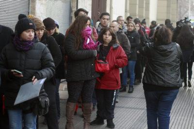 Siguen las filas: apoderados acampan desde el viernes para obtener un cupo en colegio de La Cisterna