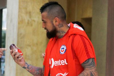Arturo Vidal enfrenta demanda de agencia de publicidad por su logo tatuado en el cuello