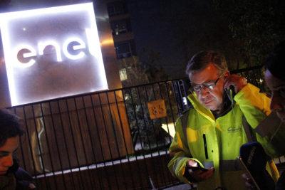 Lavín no suelta a Enel: acusa no pago de cuenta de hoteles donde durmieron vecinos sin luz