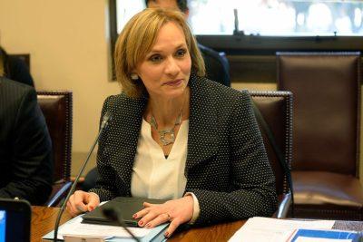 VIDEO | Diputada Paulina Núñez (RN) sorprende con un regalo a Carolina Goic en pleno Congreso