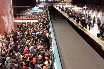 Otra vez el Metro: humo en vagón genera conflicto en la Línea 2