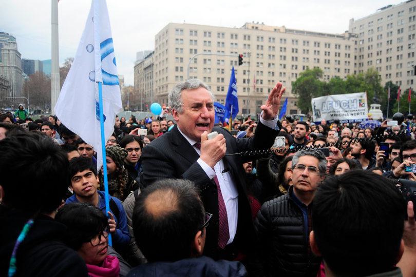 Ennio Vivaldi lideró marcha de la U. de Chile a La Moneda por ley de universidades estatales