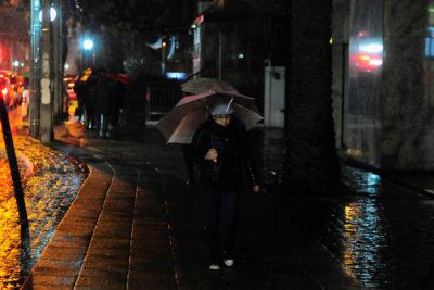 Con sólo dos horas de lluvia, Enel ya reporta cortes en La Reina, Ñuñoa, Providencia y Santiago