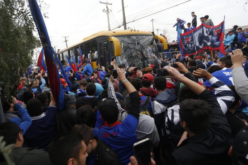 """FOTOS  Hinchas de la Universidad de Chile realizaron tradicional """"banderazo"""" antes del Superclásico"""