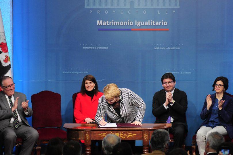 Bachelet firma proyecto de Matrimonio Igualitario que incluye adopción homoparental y cita a Pedro Lemebel