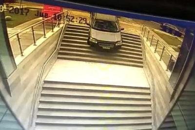 VIDEO | ¿A quién no le ha pasado? Conductora confunde entrada de edificio con acceso a estacionamiento