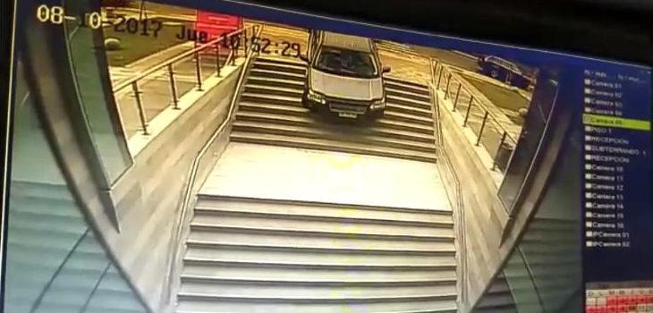 Popular empresa de seguros se dio un festín con la conductora que con fundió escaleras con estacionamiento