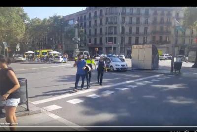 FOTOS + VIDEOS |Primeros registros del atropello masivo en turística zona de Barcelona