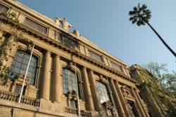 FOTO |El vistoso mensaje anti aborto que luce la Casa Central de la Universidad Católica