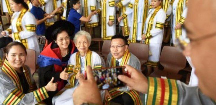 Mujer tailandesa logra sacar su primer título universitario a los 91 años