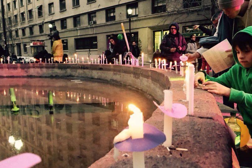 Con velatón frente a La Moneda piden aprobar ley contra la violencia en el pololeo
