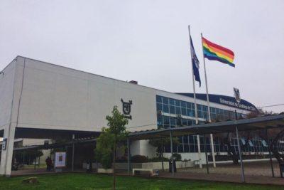 Estudiantes y autoridades izan la bandera LGBT en la Usach