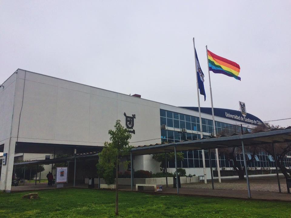 """""""Estudiantes y autoridades izan la bandera LGBT en la Usach"""""""