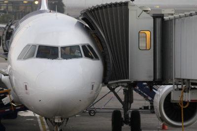 Estudiante se cuela en avión comercial y obliga cierre de aeropuerto en EE.UU.