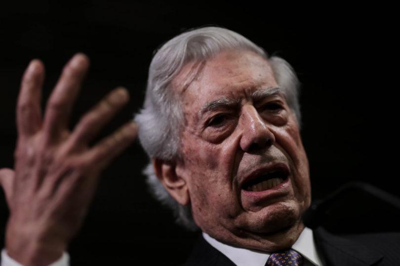 """Vargas Llosa barre con la """"derecha cavernaria"""" por oponerse al aborto justo después de premiar a Piñera"""