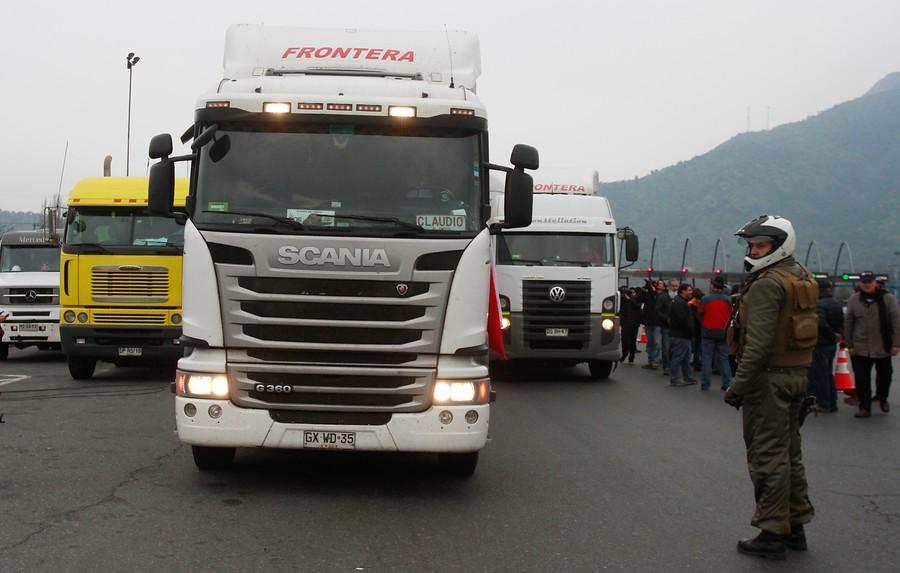 Camioneros se bajan de paro y cuestionan