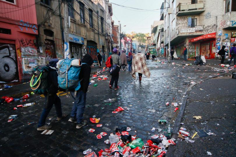 Diputado UDI llega a la Justicia para impedir Carnaval Mil Tambores en Valparaíso