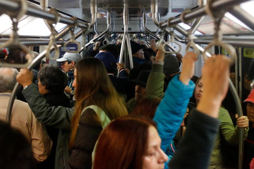 Funa pocas veces vista de joven pasajera a acosador del Metro de Santiago da la vuelta al país