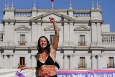 Encuesta Cadem: despenalización del aborto en tres causales será el principal legado de Bachelet