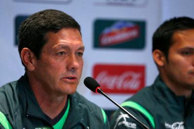 FIFA sanciona a DT de Bolivia por gestos contra Beausejour tras duelo ante Chile
