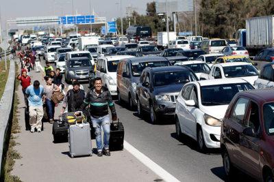 FOTOS | Así vivieron los pasajeros el bloqueo de taxistas anti Uber en el aeropuerto