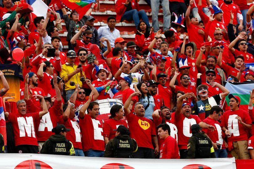VIDEO | Impresentable actitud de hinchas de Bolivia en plena entonación del himno chileno