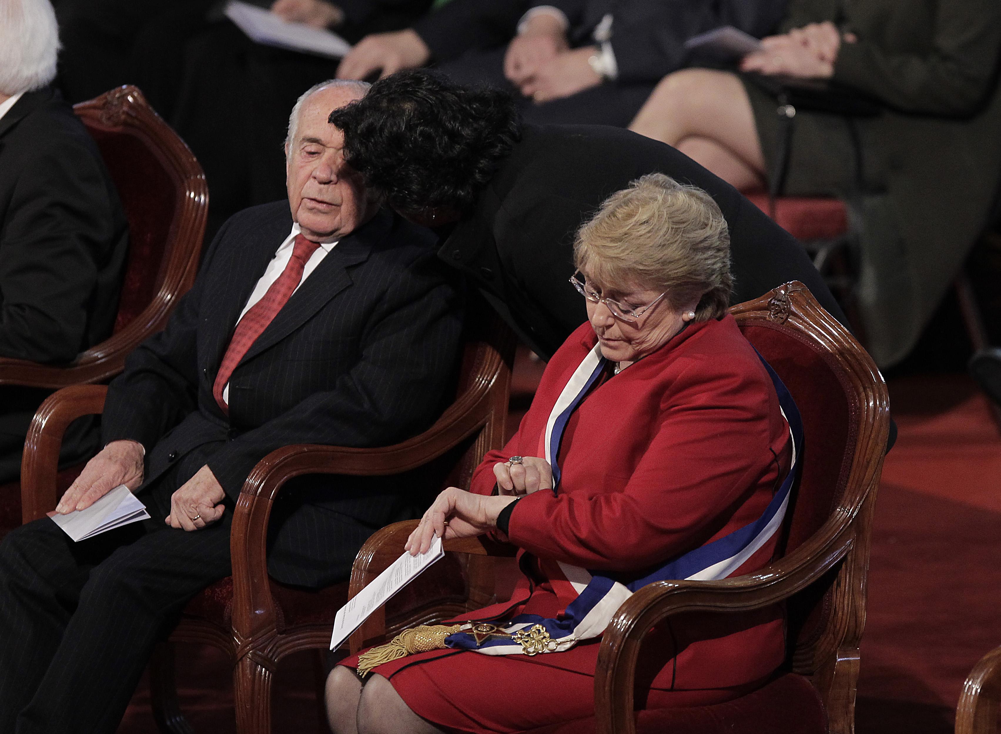 Bachelet se retiró en el himno y evangélicos reaccionaron