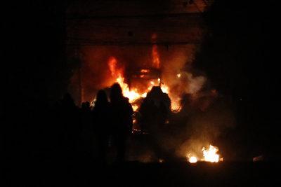 FOTOS |Barricadas, incidentes y un bus quemado: las imágenes que dejó la noche del 11 de septiembre