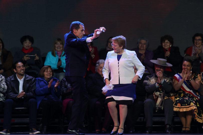 """VIDEO   La paya de la Presidenta Bachelet a Piñera: """"Chita que somos montones, bien censados en abril"""""""