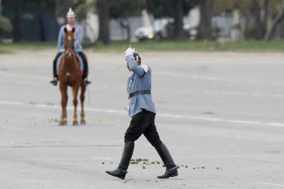 VIDEO + FOTOS |La dura caída de un soldado que la transmisión oficial de la Parada Militar no mostró