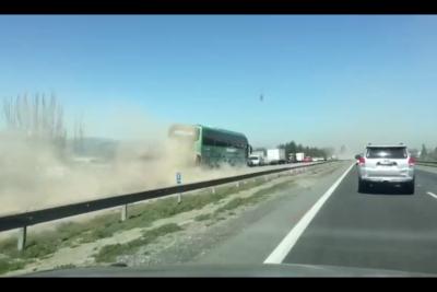 VIDEO | La peligrosa maniobra de un bus que ningún conductor debiera repetir durante este fin de semana