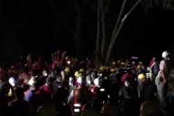 "VIDEOS | Mexicanos emocionan al mundo cantando ""Cielito Lindo"" mientras sacan escombros"