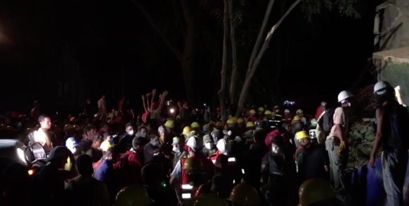 "VIDEOS   Mexicanos emocionan al mundo cantando ""Cielito Lindo"" mientras sacan escombros"