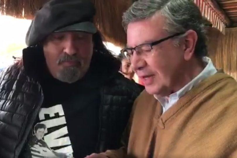 VIDEO | El surrealista momento cuando Joaquín Lavín le regala un alcotest al Negro Piñera