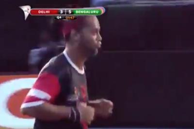 Túnel sin tocar la pelota y gol: Ronaldinho se luce en futsal