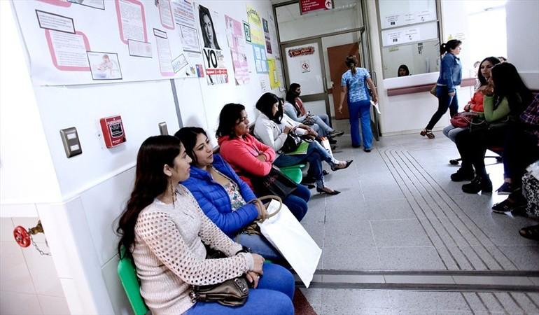 Directora de Fonasa acusa que médicos son responsables en tardanza de listas de espera Auge