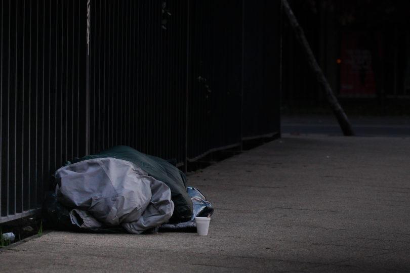 Polémica ordenanza en Antofagasta: buscan multar con $250 mil a quienes duerman en la calle