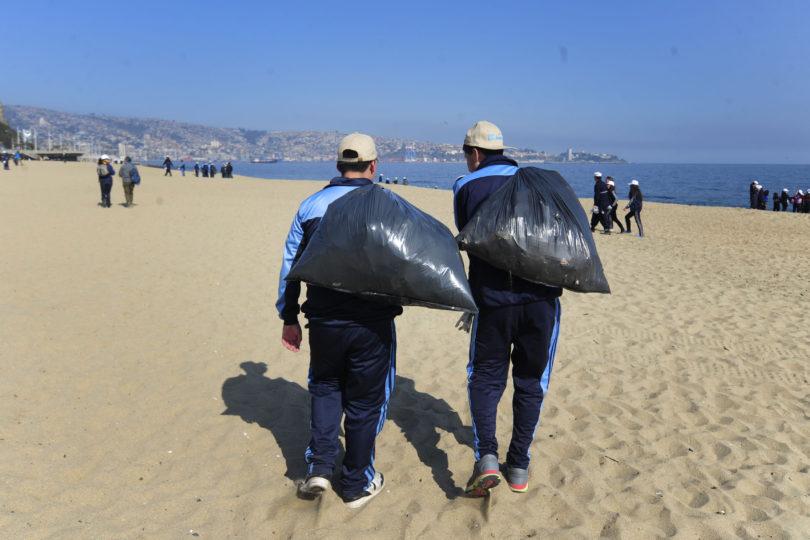 Campaña de limpieza se toma las playas de Quintero
