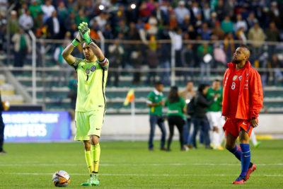 """Si caigo, caemos todos: entorno de Arturo Vidal habla de los """"actos de indisciplina"""" de Claudio Bravo"""