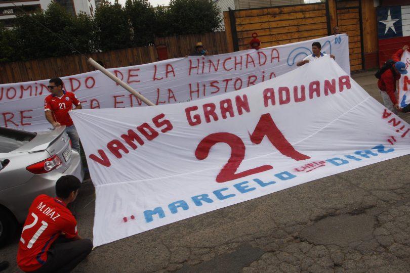FOTOS |Hinchas se cuadran con Marcelo Díaz y llegan hasta Juan Pinto Durán para manifestarse por su ausencia