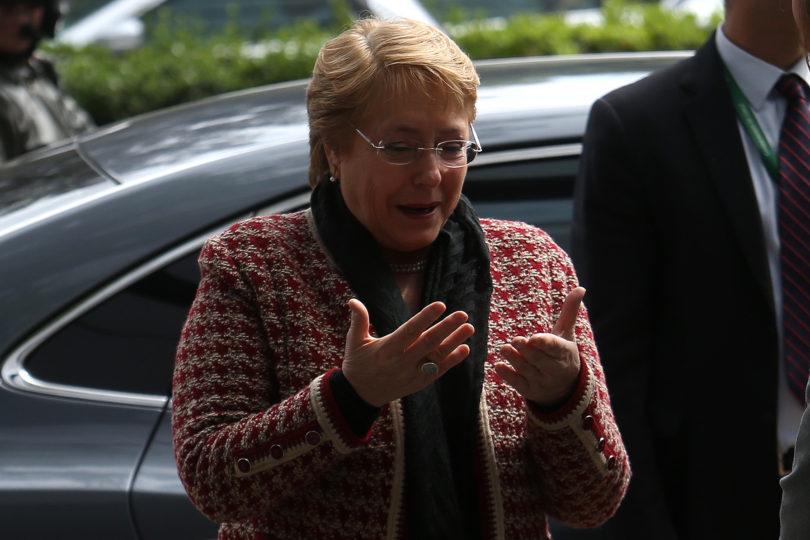 """Bachelet cuestiona a quienes creen que """"cada familia tiene que rascarse con sus propias uñas"""" en Educación"""