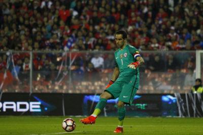 """""""Pensando en levantar la tercera"""": Claudio Bravo da un pie atrás y confirma su permanencia en la Roja"""