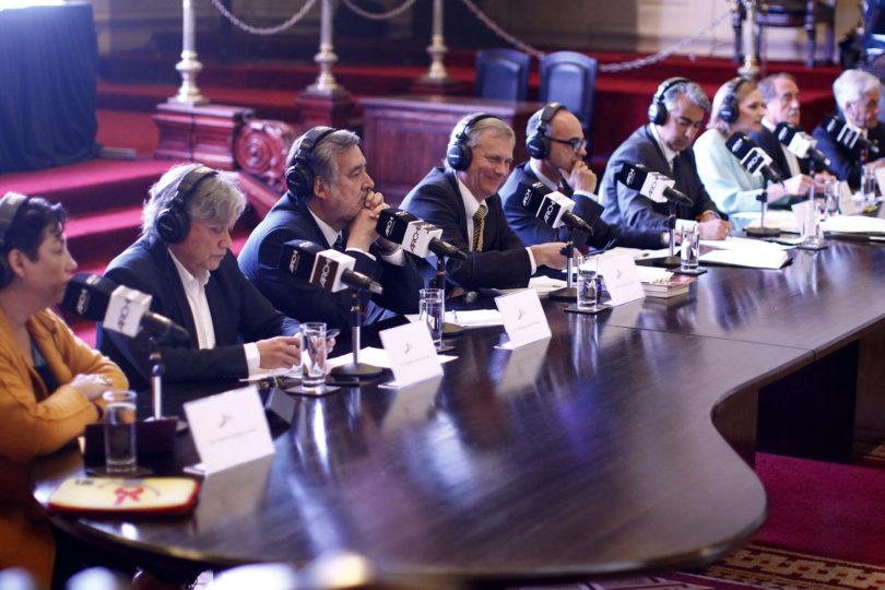 VIDEO   Debate radial: captan el momento en que Alejandro Navarro le tira monedas a Sebastián Piñera