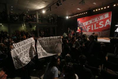VIDEO | Funan a Presidenta Michelle Bachelet en FILSA por no cerrar Punta Peuco