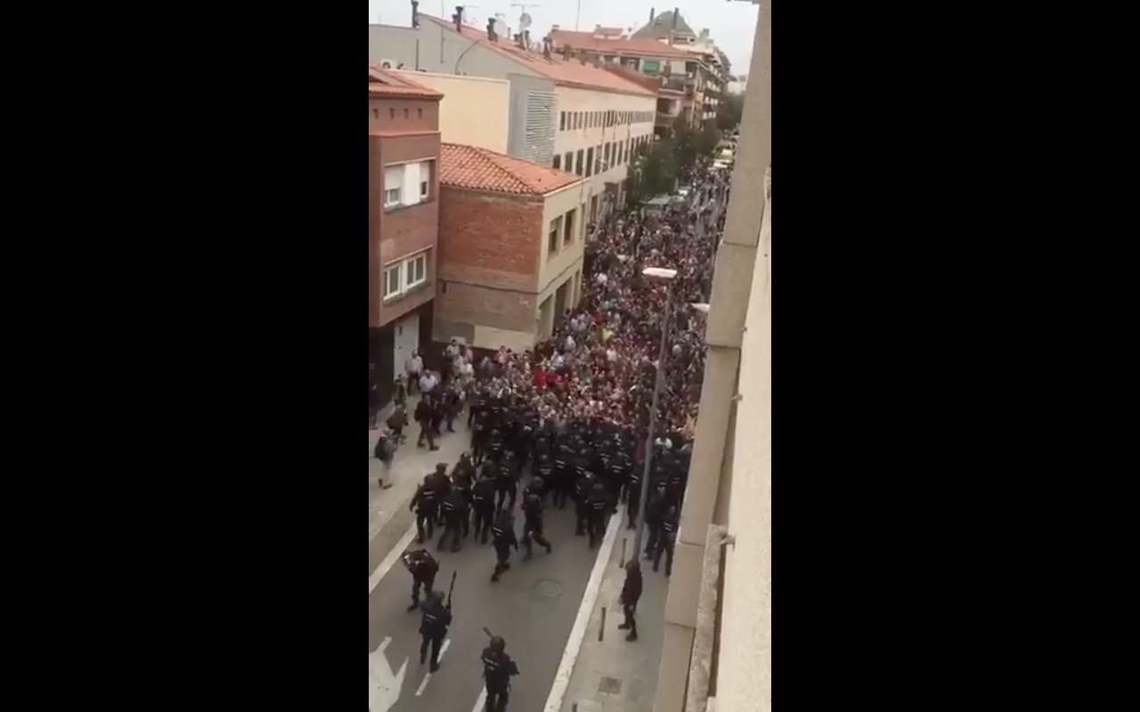 """""""VIDEOS  Impactantes registros de la represión policial en referéndum de Cataluña"""""""