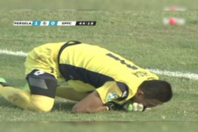 VIDEO |Fútbol indonés de luto: arquero murió tras fuerte choque con compañero
