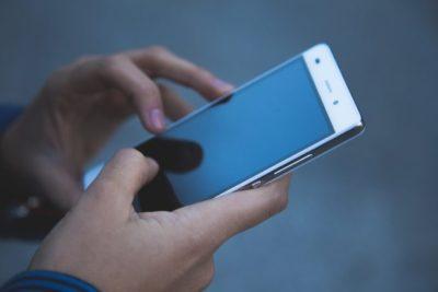 Honolulu se convierte en la primera ciudad en prohibir mensajes de texto a peatones
