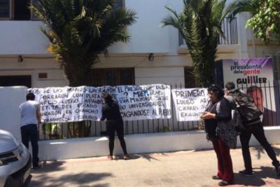 Estudiantes de la Arcis se toman comando de Guillier para exigir respuestas